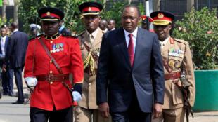 Rais wa Kenya  Uhuru Kenyatta akiwa amezingizwa na wakuu wa jeshi la usalama nchini humo jijini Nairobi mwaka 2017