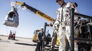 Феликс Баумгартнер покидает капсулу после того, как миссия была отложена. Розвэлл, штат Нью Мексико 09/10/2012