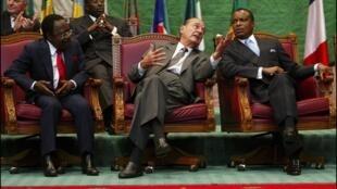Omar Bongo (g), Jacques Chirac et Denis Sassou Nguesso, le 5 février 2005, à Brazzaville.