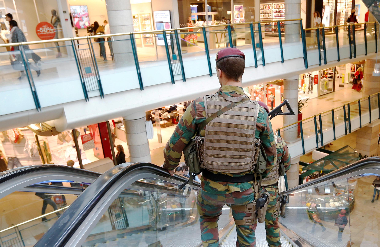 Soldados belgas patrullan en un centro comercial de Bruselas.
