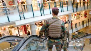 Des soldats belges patrouillent dans le centre commercial City 2 à Bruxelles, le 15 juin 2016.