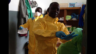 Un médecin du centre de dépistage des malades d'Ebola de Macenta, en Guinée forestière, pendant l'épidémie.