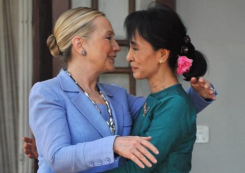 Ngoại trưởng Mỹ Hillary Clinton và bà Aung San Suu Kyi. Ảnh chụp tháng 12/2011(AFP)