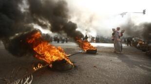 Feu de pneus à Khartoum autour du sit-in, violemment dégagé par les forces de l'ordre, ce 3 juin 2019.