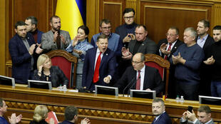សមាជិកសភាអ៊ុយក្រែន នៅក្នុងសម័យប្រជុំសភា ពិនិត្យមើលនូវសំណើរបស់ប្រធានាធិបតីអ៊ុយក្រែនលោក Petro Poroshenko ដើម្បីអនុញ្ញាតឲ្យប្រើច្បាប់អាជ្ញាសឹកនាថ្ងៃទី២៦ ខែវិច្ឆិកា ២០១៨ ។