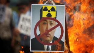 Chân dung lãnh đạo Bắc Triều Tiên Kim Jong Un bị đốt nhân một cuộc biểu tình chống Bắc Triều Tiên tại trung tâm Seoul (Hàn Quốc) ngày 10/09/2016.
