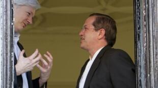 Глава МИДа Эквадора Рикардо Патиньо разговаривает с Джулианом Ассанжем в здании посольства Эквадора в Лондоне 16/06/2013