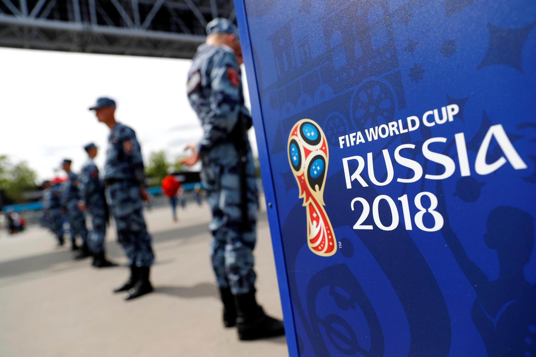 В преддверии ЧМ-2018 Владимир Путин подписал указ, который вводит ограничения на проведение публичных акций вгородах, где пройдут матчи.