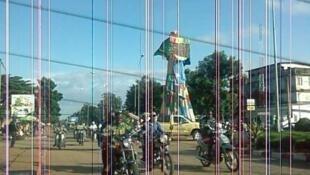 Le monument de Adjarradocodji est un lampadaire de 8-9 mètres de haut situé à Porto Novo (Bénin).