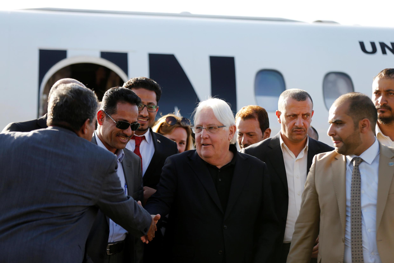 L'émissaire de l'ONU Martin Griffiths (centre) à son arrivée à Sanaa, le 5 janvier 2019.