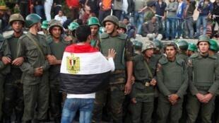 Một người biểu tình kêu gọi binh lính ủng hộ cuộc đấu tranh chống chính quyền Morsi (Reuters)