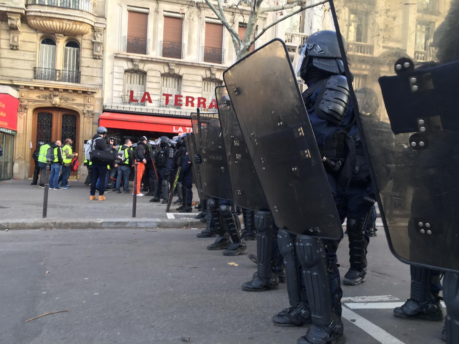 La Policía forma un cordón policial para impedir el paso a los amifestantes. Porte Maillot.