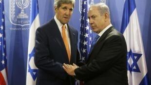 Waziri wa Mambo ya Nje wa Marekani John Kerry (kushoto) akizungumza na Waziri mkuu wa Israel Benjamin Netanyahu mjini Tel-Aviv.