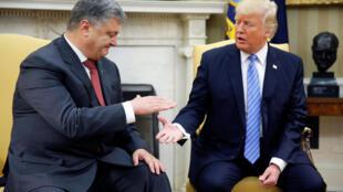 Le président ukrainien Petro Porochenko (à gauche) et son homologue américain Donald Trump. (à droite)