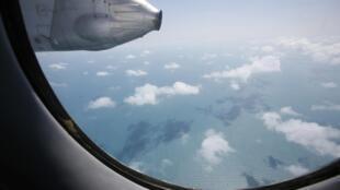 A bord d'un avion de l'armée de l'air vietnamienne participant aux recherches du vol MH370 de Malaysia Airlines.