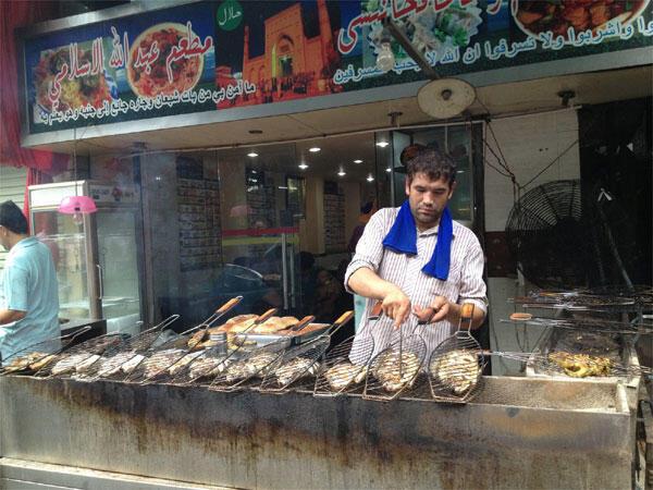 Les musulmans chinois sont très nombreux dans la « petite Afrique » de Canton. Les Ouighours de la lointaine province du Xinjiang se sont adaptés à la clientèle africaine. Le poisson grillé a remplacé le mouton grillé.