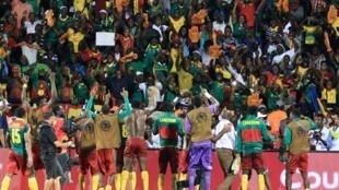 L'équipe camerounaise victorieuse devant ses supporters.