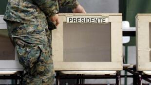 Derniers préparatifs avant dimanche, jour de vote pour l'élection présidentielle au Chili. (photo 15/11/13)