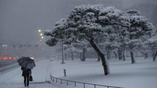 Près du palais impérial à Tokyo,la neige recouvre les rues, ce lundi 22 janvier 2018