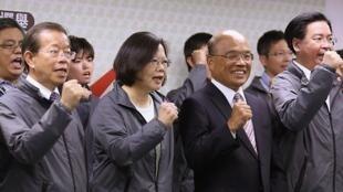 Les dirigeants du Democratic Progressive Party (DPP, opposition) autour de sa présidente Tsai Ing-wen à Taipei, le 29 novembre 2014.