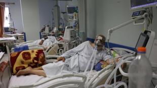 Hussein al-Hajj, un paciente de 71 años enfermo de Covid-19, en una unidad de cuidados intensivos de un hospital de Gaza, el 22 de abril de  2021