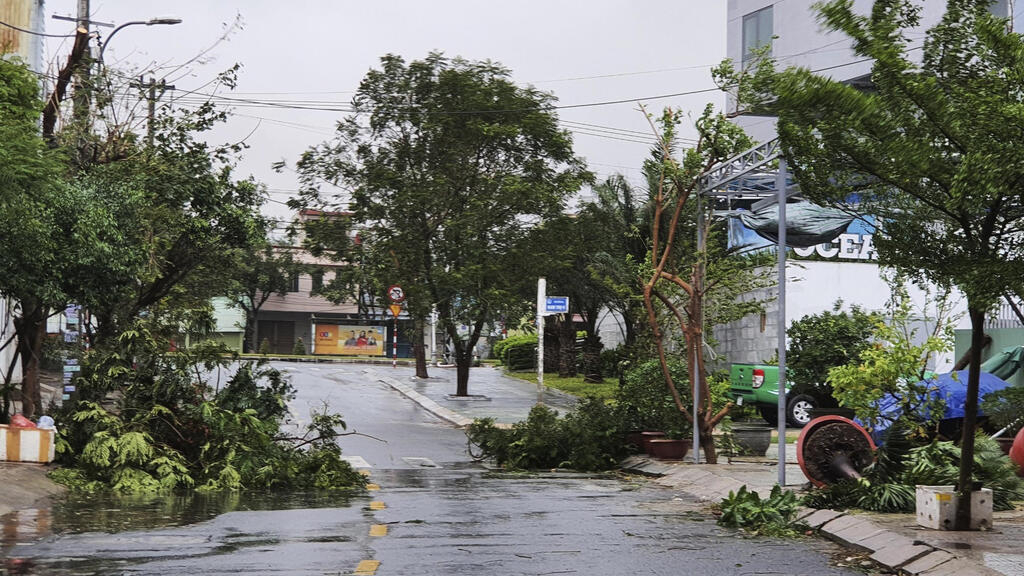 Việt Nam: Bão Molave đổ vào miền Trung, 2 người chết 26 người mất tích