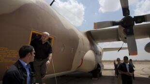 Benyamin Netanyahu, en visite en Ouganda en août 2009,  sort d'un avion de transport Hercules C-130 qui a participé au raid israélien sur l'aéroport d'Entebbe en juillet 1976 pour libérer des otages d'un vol d'Air France.