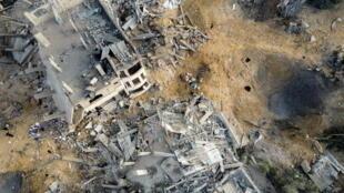 Vue aérienne de bâtiments détruits dans le nord de la bande Gaza par des frappes aériennes israéliennes, le 13 mai 2021.