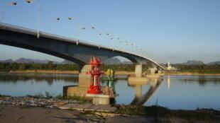 Cầu hữu nghị qua sông Mêkông, nối liền thành phố Nakhon Phanom, nơi có đông dân Việt sinh sống và tỉnh Khamouane của Lào