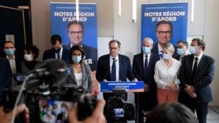 Le président de la région Provence-Alpes-Côte d'Azur Renaud Muselier (C) donne un lors d'une conférence de presse à Marseille, dans le sud de la France, le 28 avril 2021.