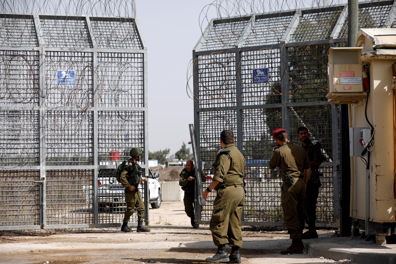 همزمان گذرگاه قنیطره، تنها گذرگاه میان سوریه و بلندیهای جولان که تحت کنترل اسرائیل است، بازگشایی شد.