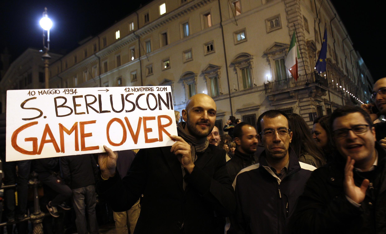 Los italianos salieron a las calles para celebrar la renuncia de Silvio Berlusconi.