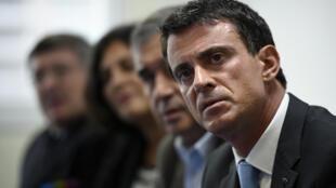 Manuel Valls e muitos ministros deslocaram-se a Mureaux, subúrbios de Paris a 26 de Outubro de 2015.