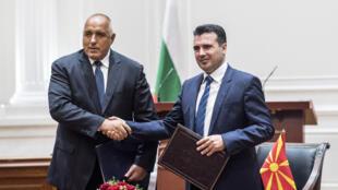 Le Premier ministre bulgare Boyko Borissov (à gauche) et le Premier ministre macédonien Zoran Zaev (à droite) signent un accord de bon voisinage, à Skopje, le 1er août 2017.