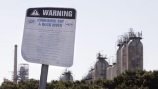 Panneau d'avertissement de risque de pollution à l'entrée d'une raffinerie de pétrole à l'ouest de Sydney.