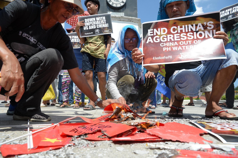 Dân Philippines biểu tình đốt cờ Trung Quốc ngày 17/06/2019 tại Manila để phản đối vũ tàu Trung Quốc đam chìm tàucá Philippine.