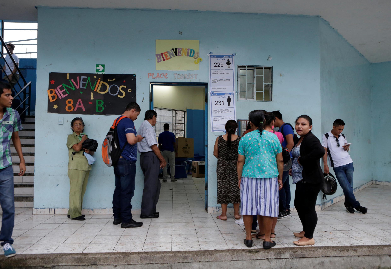 رأیدهندگان در شهر گوایاکیل، در خارج از کلاس درس یک مدرسه که به عنوان یک مرکز رأیدهی در انتخابات ریاست جمهوری استفاده میشود. ٢ آوریل ٢٠۱٧