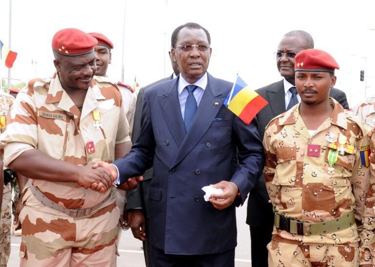 Le général Oumar Bikimo (à gauche) en compagnie du président du Tchad Idriss Déby et de son Mahamat Idriss Déby fils, le 13 mai 2013 à Ndjamena.