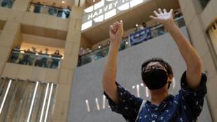 """Một người biểu tình đòi dân chủ giơ hai bàn tay biểu tượng cho """"Năm yêu sách"""" trong cuộc biểu tình tại Hồng Kông ngày 28/05/2020 phản đối luật an ninh."""