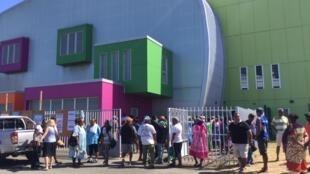 Il y avait foule dès l'ouverture des bureaux de vote, ce dimanche 4 novembre à Nouméa pour le référendum d'autodétermination.