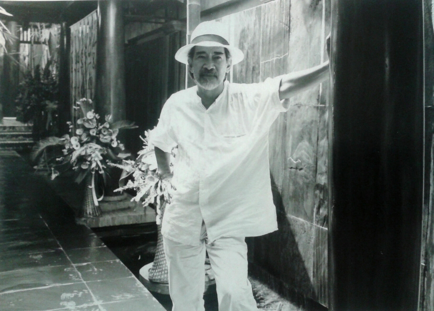 """Họa sĩ Nguyên Cầm trong lần tổ chức triển lãm """"Âm nhạc của Im lặng"""" năm 2004 ở Hà Nội tại Art Vietnam Gallery (Ảnh do tác giả cung cấp)"""