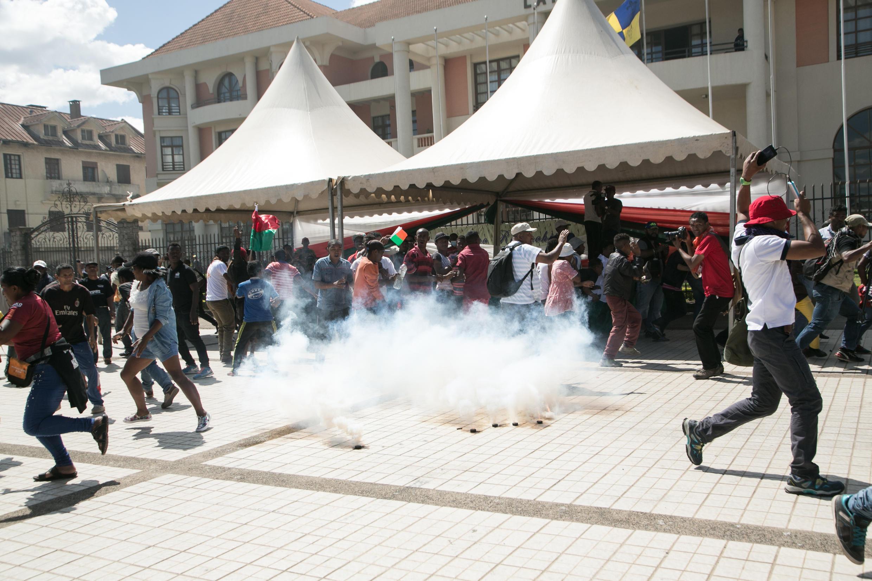 A Madagascar, le rassemblement de l'opposition violemment dispersé par les forces de l'ordre, face à l'hôtel de ville, à Antananarivo, le 21 avril 2018.