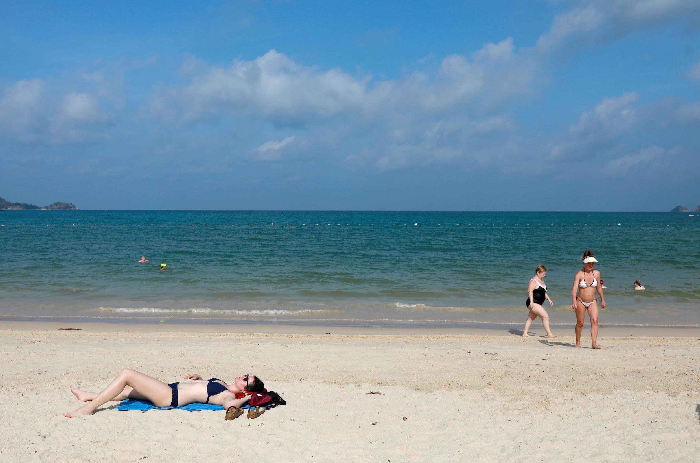 Una playa en Phuket, Tailandia, usualmente llena de turistas chinos, casi vacía el 10 de marzo de 2020.