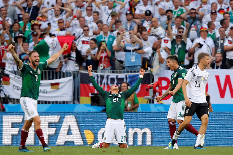 Copa del Mundo - Grupo F - Alemania vs México - Estadio Luzhniki, Moscú, Rusia, 17 de junio de 2018. Edson Alvarez, Miguel Layun y Carlos Salcedo de México celebran mientras el alemán Thomas Muller se muestra abatido.