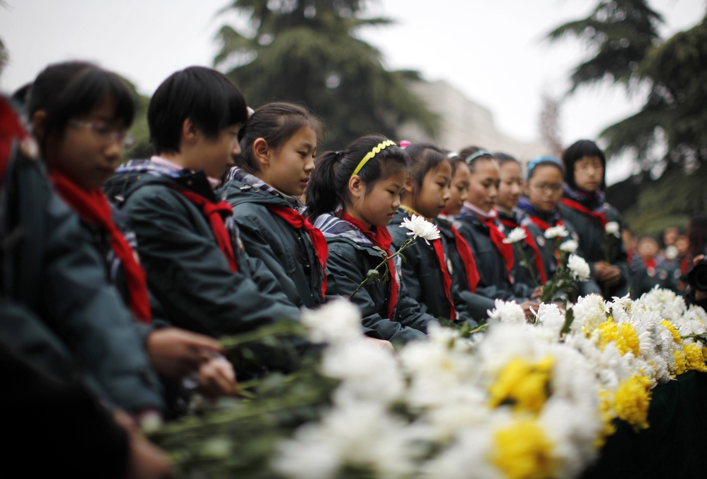 Học sinh Trung Quốc đặt hoa tưởng niệm 75 năm vụ thảm sát Nam Kinh, tỉnh Giang Tô, 13/12/2012.
