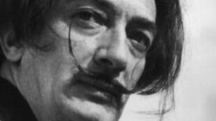 Photo de l'artiste surréaliste espagnol Salvador Dali, prise en 1965.