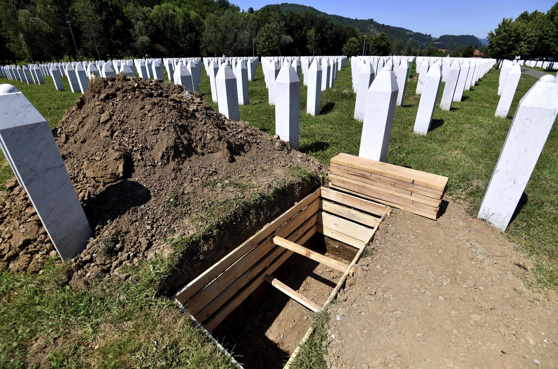 Una tumba preparada frente a las estelas de las tumbas del cementerio de Potocari, donde se hallan los restos de víctimas de la matanza perpetrada en 1995 en Srebrenica, el 9 de julio de 2020 en Bosnia-Herzegovina