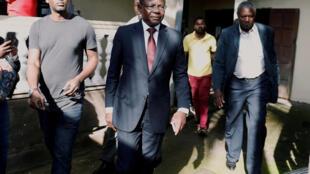 Maurice Kamto (c), alors candidat du parti MRC à la présidentielle, avec son équipe après une conférence de presse au siège du parti à Yaoundé, le 8 octobre 2018.