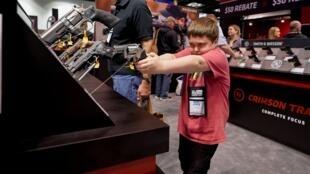 ក្មេងប្រុសម្នាក់ កំពុងតម្រង់កាំភ្លេឹង នៅក្នុងការតាំងពិពណ៌អាវុធប្រចាំឆ្នាំ រៀបចំដោយNational Rifle Association (NRA) នៅរដ្ឋ Indiana ថ្ងៃទី២៦ មេសា ២០១៩