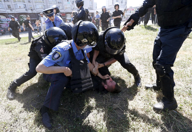 Policiais prendem militante de extrema-direita às margens da 2ª Parada Gay da Ucrânia